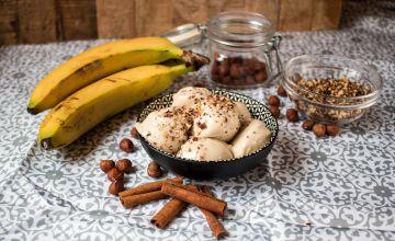 Banānu saldējums ar drupinātiem riekstiem un kanēli