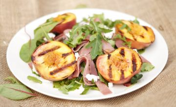 Grilētu persiku salāti ar liellopu šķiņķi un kazas sieru