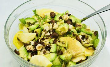 Mocarellas salāti ar riekstiem un ābolu