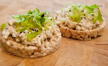 Tunča un avokado salāti uz galetes
