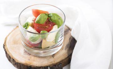 Mocarellas salāti ar tomātiem un baziliku