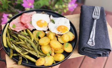 Cepti kartupeļi ar zaļajām pupiņām, šķiņķi un olu