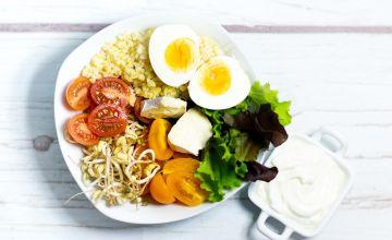 Bulgura-baltā pelējuma siera salātu bļoda